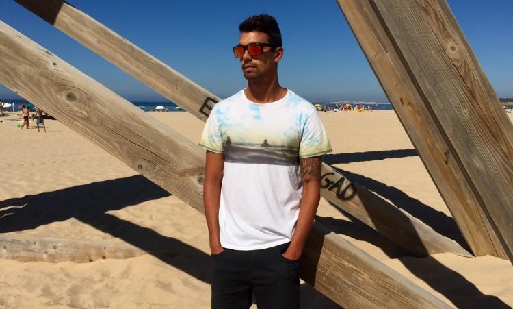 Surfista e treinador Paulo Almeida com uma t-shirt Pipe Residents, uma das três novas marcas que o apoiam (®PauloMarcelino)