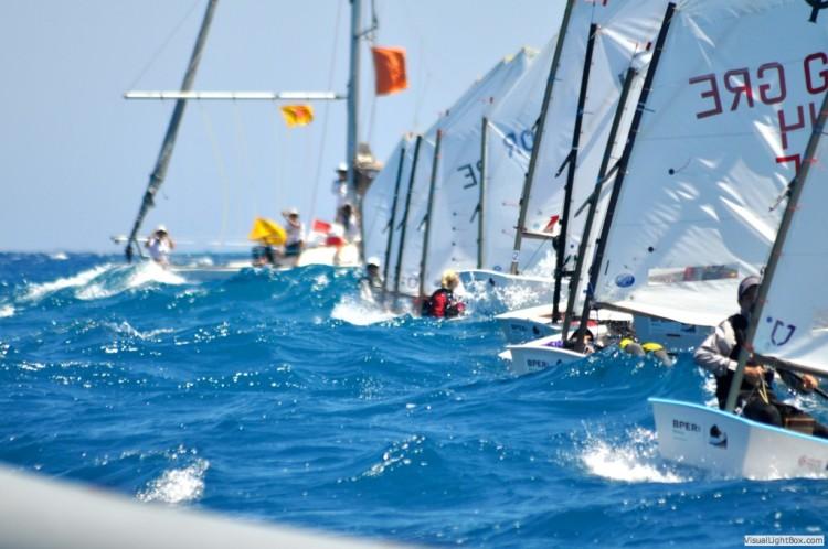 Velejadores em Crotone têm enfrentado mar difícil e vento forte, como esta imagem de hoje documenta (®LorisLaGreca)