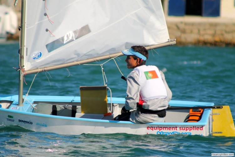 Algarvio Manuel Fortunato subiu do 136º para o 102º posto da classificação masculina no 2º dia do Europeu de Optimist em Itália (®AlessandroLoria)