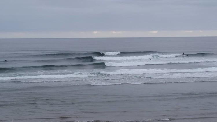 Aspeto convidativo do 'line up' em Salinas, esta quarta-feira de manhã, para receber a equipa do Clube de Surf de Faro (®ManuelMestre)