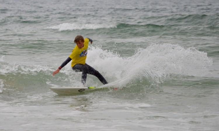 Leon Schneider estreou-se este ano no surf de competição em Portugal (®PauloMarcelino/Arquivo)