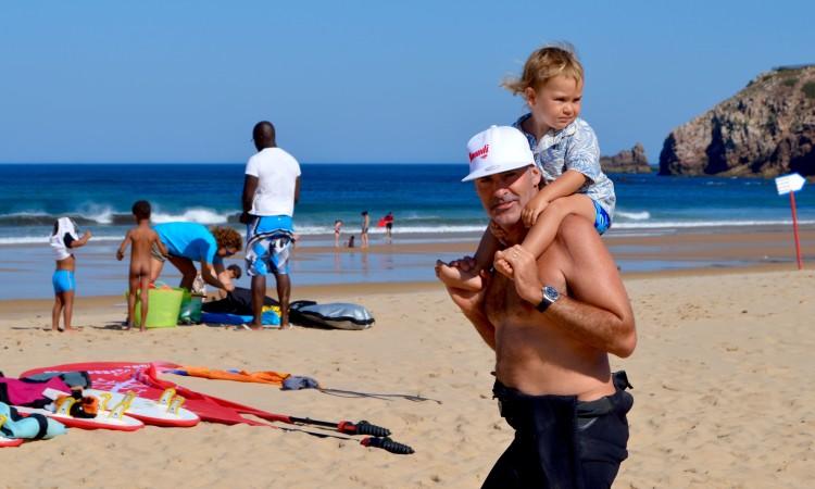 Garrett McNamara chegou discreto à Praia do Amado, transportando nos ombros o filho Barrel (®PauloMarcelino)