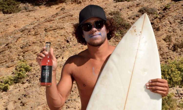 Luca Guichard com uma garrafa de Surf Kombucha, o seu novo projeto de vida (®PauloMarcelino)