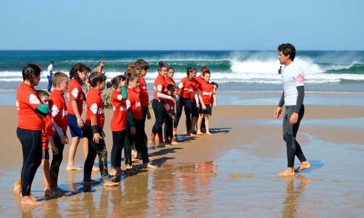 Treinador algarvio Sérgio Brandão orientou o aquecimento das crianças antes de entrarem no mar (®PauloMarcelino)