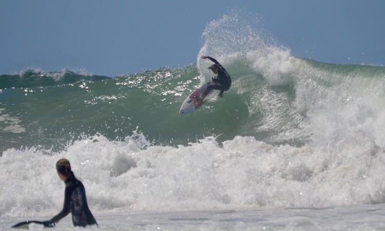 Alex Botelho sempre foi conhecido por ser destemido em ondas grandes. Agora anda à procura das gigantes (®PauloMarcelino/Arquivo)