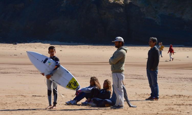 Pedro Ulrich e o seu treinador, Manuel Gameiro, de calças claras, na Praia do Castelejo, durante a última etapa do regional do Sul (®PauloMarcelino/Arquivo)