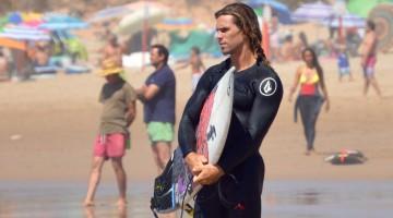 Alex Botelho anda à procura de uma onda grande no Algarve, acima dos 5 metros, capaz de ser surfada (®PauloMarcelino/Arquivo)