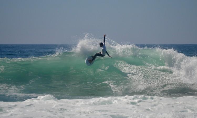 Organização adiou evento para domingo, na expetativa de condições melhores para boas ondas, como a da imagem, captada na edição do ano passado (®PauloMarcelino/Arquivo)