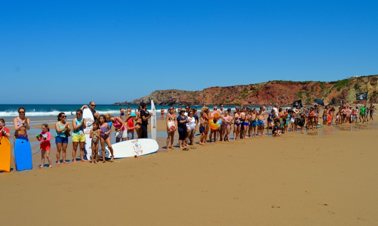 Muitos banhistas aderiram à manifestação (®PauloMarcelino)