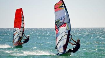 Rui Sousa, em primeiro plano, e Bruno Bertolo, dois dos protagonistas no mar, esta tarde, na Praia de Alvor (®PauloMarcelino)