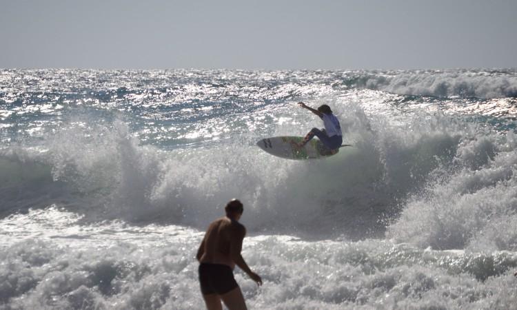 João Mendonça a espantar banhistas com o seu surf exuberante (®PauloMarcelino)