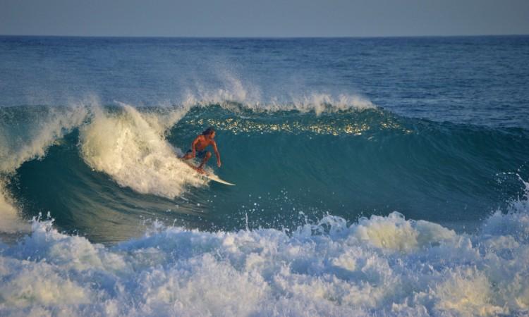 """Luca Guichard já não surfava há meses na Ilha de Tavira, bem próximo de sua casa. """"Parece Indonésia"""", diz o surfista (®LuisGamito)"""