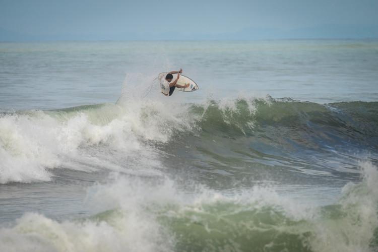 Pedro Henrique num dos muitos momentos de inspiração na Praia de Jacó (®Evans/ISA)