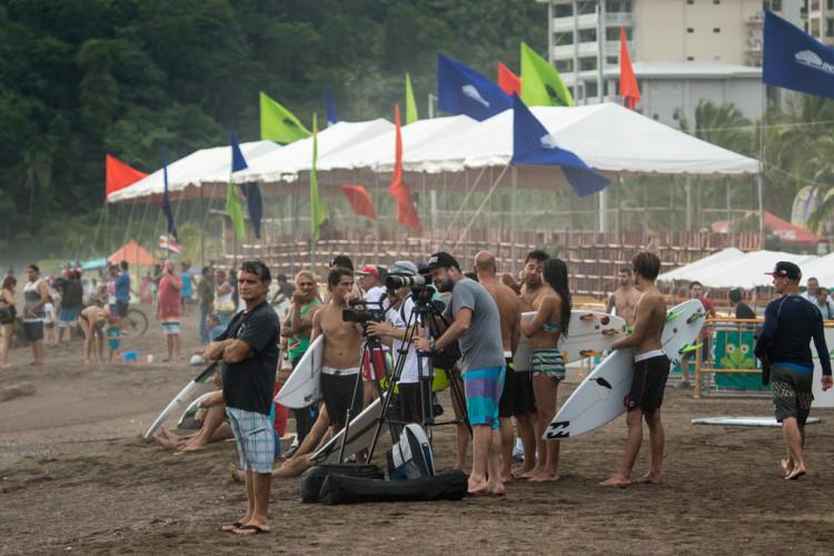 Equipa nacional concentrada em treino na Praia de Jacó, onde vai defender o estatuto de vice-campeã do mundo (®Jimenez/ISA)