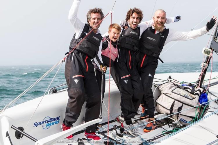 Tripulação do barco russo New Territories, de Hugo Rocha, venceu o Campeonato do Mundo da Classe SB20, em Cascais (®NeuzaPereira/CNCascais)