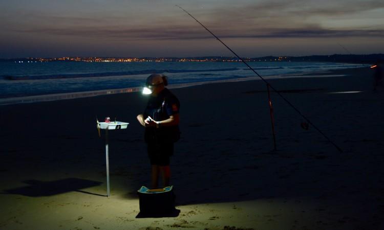 Cerca de 50 pescadores participaram na prova noturna, na Praia de Alvor (®PauloMarcelino)