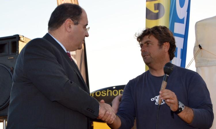 Presidente da Câmara de Faro é presença habitual nos eventos do Clube de Surf de Faro. Aqui, numa prova de surf há dois anos, Rogério Bacalhau cumprimenta Manuel Mestre na praia (®PauloMarcelino/arquivo)