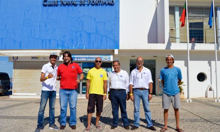 Festa CNPortimão   Surfistas Francisco Duarte, à esquerda, e Frederico Magalhães, à direita, com a Direção do clube (®PauloMarcelino)