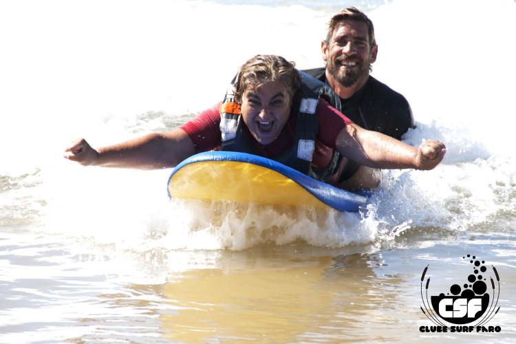 Sessão de Surf Adaptado juntou 37 participantes de 7 instituições (®CSF)