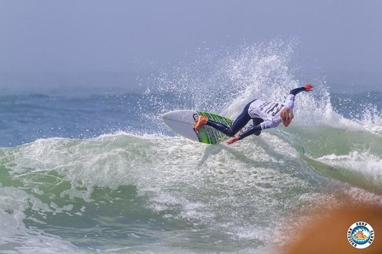 Leon Schneider chegou ao top 16 em mar forte na Ericeira e garantiu três vagas para o Algarve no próximo ano (®AlvaroFr(EriceiraSC)