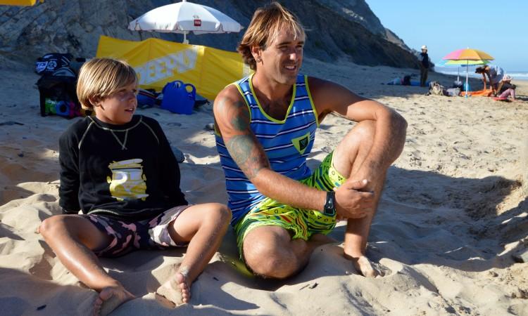 Martim Brandão foi o primeiro algarvio escolhido para receber um 'wildcard'. Está na imagem com o seu treinador, o tio e surfista Ivan Bailote (®PauloMarcelino/Arquivo)