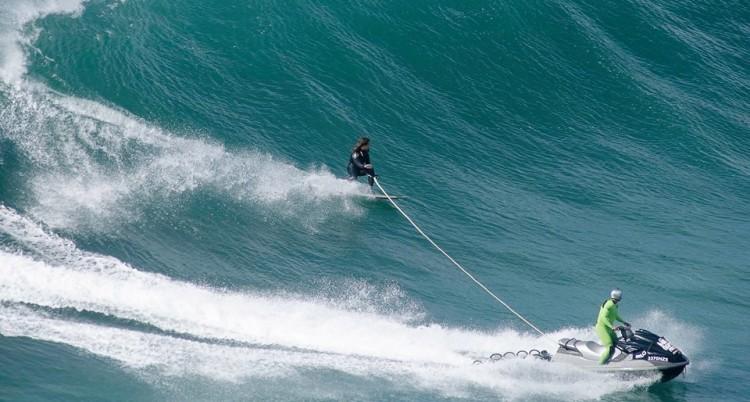 Alex Botelho rebocado por Garrett McNamara numa onda na Nazaré (®JorgeFigueira/Arquivo)