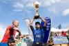 Pierre Louis Costes, de azul, festeja o título mundial. Amaury Lavernhe, de vermelho, venceu a etapa em Fronton (®frontonking)