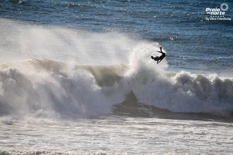Gonçalo Pinheiro numa bomba em treino, na semana passada, na Praia do Norte (®Vitorestrelinha)