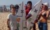 Leonardo Quádrio e Filipe Toledo, em Peniche. Jovem algarvio segura prancha oferecida pelo surfista brasileiro (®DR)