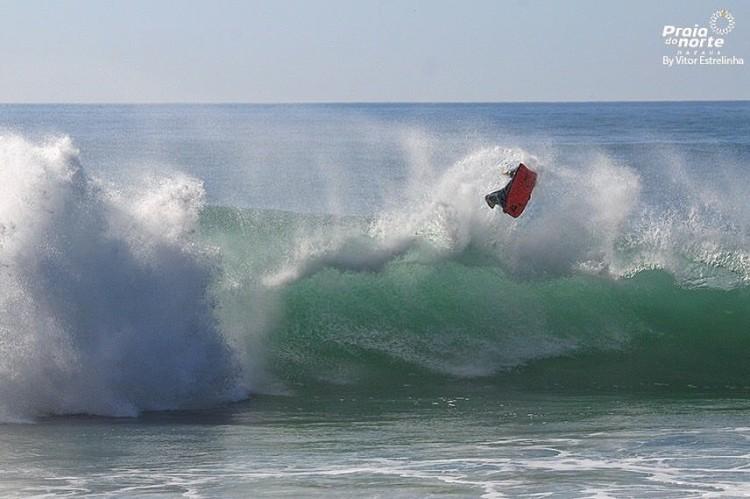 Gonçalo Pinheiro tem surfado muito nas ondas grandes da Praia do Norte, onde vai travar duelo com um dos ícones do bodyboard mundial (®VitorEstrelinha)