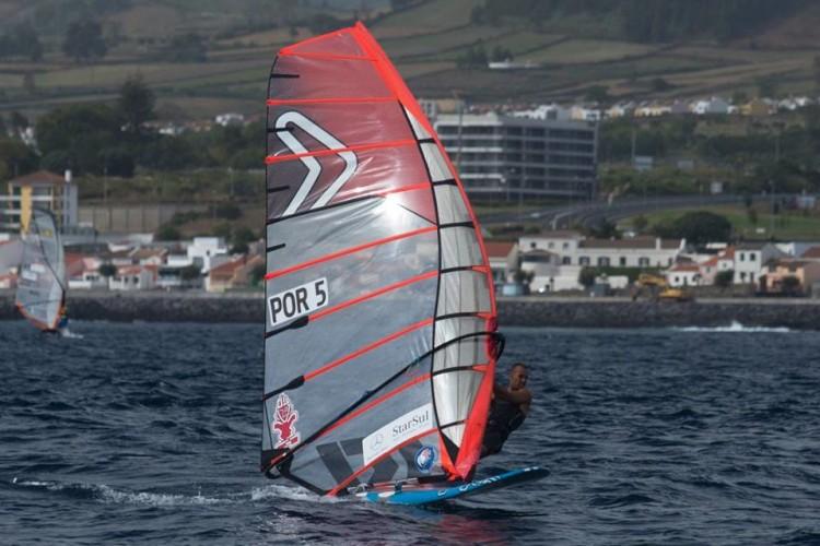 Miguel Martinho em ação na Baía de Ponta Delgada, onde venceu a etapa FW Series e a Taça AFWP 2016 (®FernandoResendes/CNPDL)