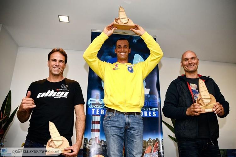 Miguel Martinho no 1º lugar do pódio Masters, no Mundial, à frente de dois gigantes da modalidade (®EricBellande/fwwc2016)