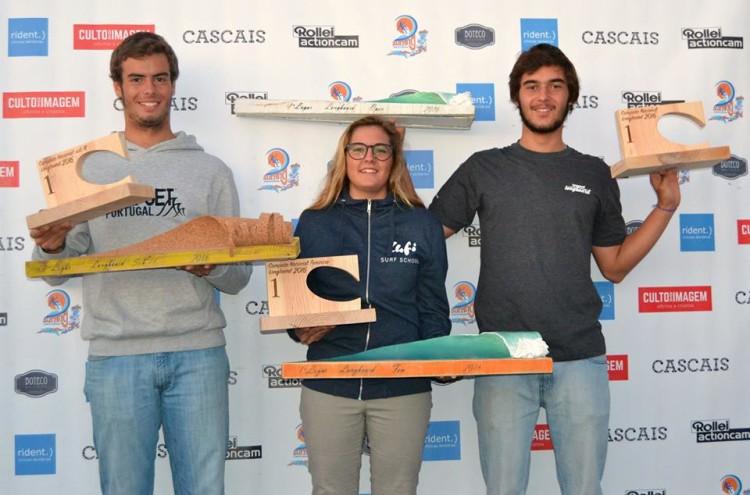 A partir da esquerda: João Gama (Sub-18), Raquel Bento (Feminino) e João Dantas (Open), os Campeões Nacionais de Longboard 2016 (®SCP)