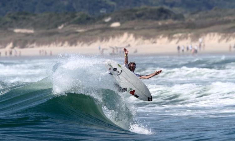 Frederico Morais em ação em Florianópolis, onde fez um 5º lugar que lhe permite sonhar com a qualificação para o Championship Tour (®WSL)