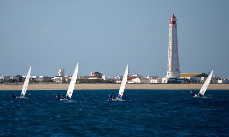 Primeiro dia com sol e vento moderado permitiu realizar as regatas fora da barra (®PauloMarcelino)