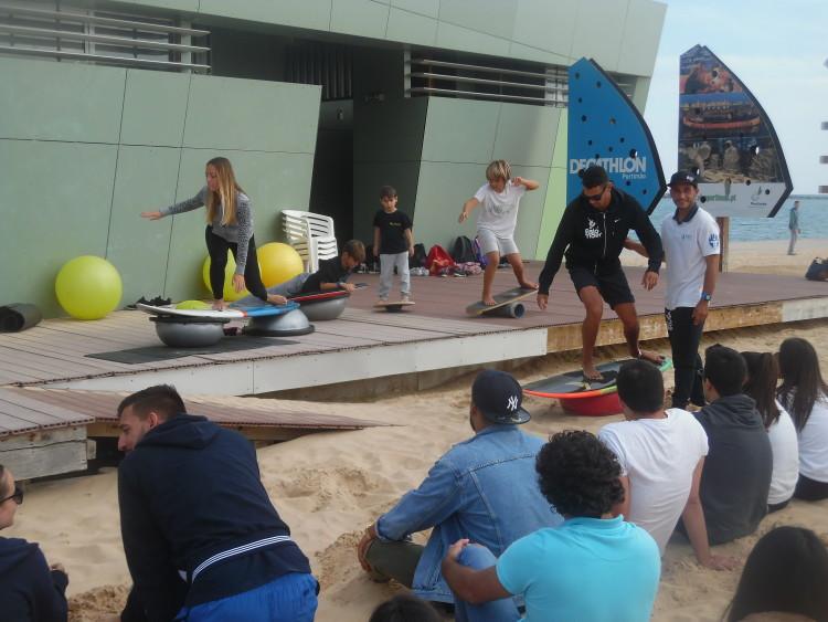 Atletas demonstraram exercícios funcionais de fisioterapia preventiva aplicada ao surf, numa sessão prática dirigida pelo fisioterapeuta Filipe Costa (®DR)