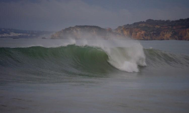 É esperada ondulação de sueste com 2m a 2,5m nos próximos dias, na costa sul algarvia (®PauloMarcelino/arquivo)