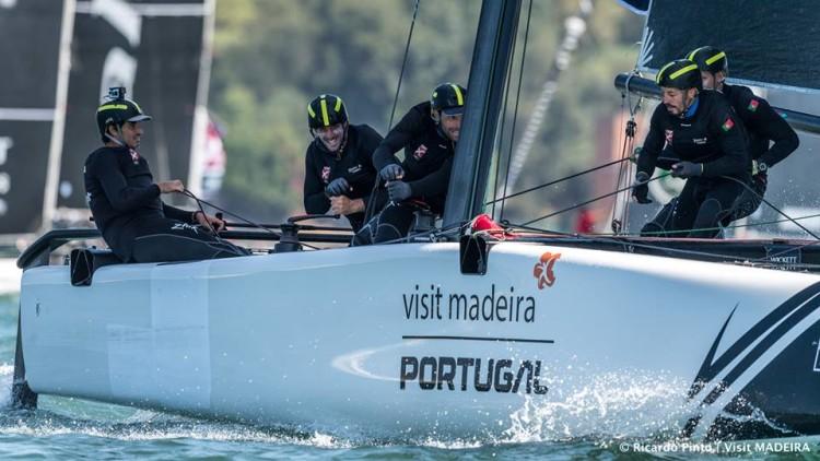 Os catamarãs voadores GC32 são barcos tecnicamente difíceis e que exigem um grande esforço físico, como se vê na imagem (®Ricardo Pinto/www.rspinto.com)
