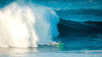 Algarvio Alex Botelho na única onda que conseguiu surfar, hoje, no Nazaré Challenge 2016 (®WSL/LaurentMasurel)