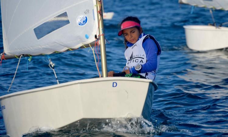 Beatriz Cintra, do Clube Naval de Portimão, vencedora Optimist Juvenis (®PauloMarcelino)