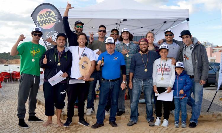 Foto de grupo após uma manhã de muito convívio e com o anfitrião 'Pai Tomás' junto dos atletas (®PauloMarcelino)
