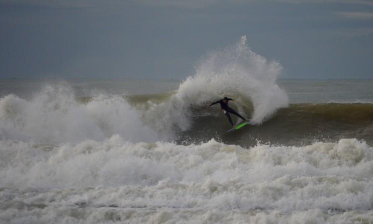 Paulo Almeida a projetar um leque de água perfeito, esta manhã, na Praia da Rocha. O surfista de Portimão regressou mais forte da Indonésia (®PauloMarcelino)