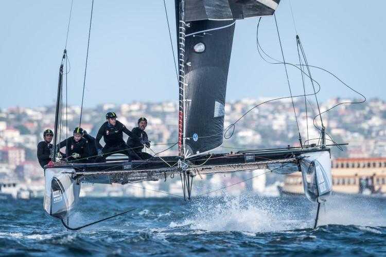 Equipa portuguesa, com algarvio Luís Brito em primeiro plano, no terceiro dia de regatas em Sydney (®Ricardo Pinto/www.rspinto.com)