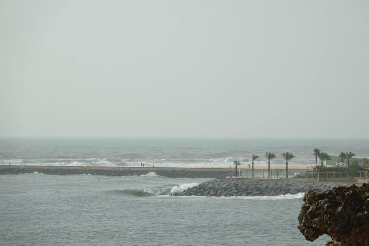 'Onshore' tempestuoso na praia, ao fundo; ondas no rio, esta terça-feira, em Portimão (®JoaoBrekBracourt)