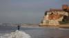 Manuel Dantas aproveita onda rara na Foz do Rio Arade, esta terça-feira, 3 de janeiro (®JoaoBrekBracourt)