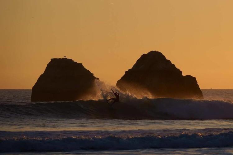 Surfista algarvio numa das mais recentes sessões de treino na região (®JoaoBrekBracourt)