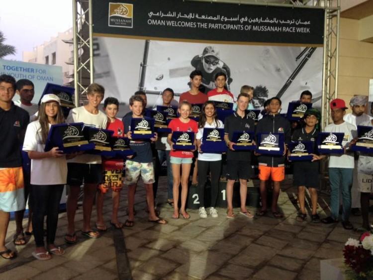 Grupo de premiados nas várias classes. Beatriz Gago está ao centro, de calças pretas e camisola branca (®SailImages)