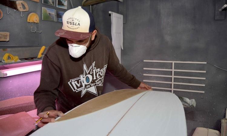 Desenho da prancha no bloco de poliuretano é feito com a ajuda de moldes (®PauloMarcelino)