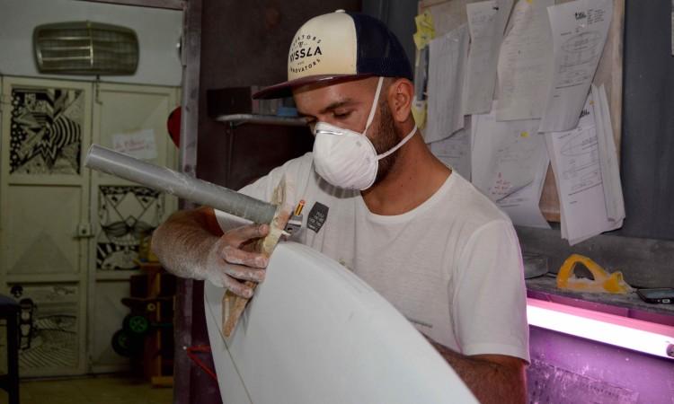 Leandro Simões até cria ferramentas de trabalho, como a que se vê na imagem (®PauloMarcelino)