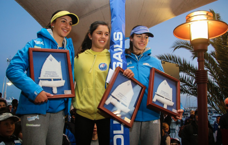 Algarvia Beatriz Gago, ao centro, no primeiro pódio Sub-16 Feminino em Torrevieja. Ao seu lado, as italianas Giulia Sepe e Gaia Falco (®PepPortas)